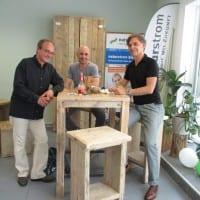 Von Links nach rechts: NATURSTROM-Mitarbeiter Stefan Winkler, NATURSTROM-Kunde Christoph Bischof und NATURSTROM-Mitarbeiter Ralf Kaiser. (Bild: © NATURSTROM AG)