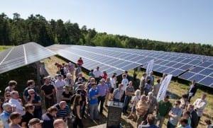 Rund 100 Gäste drängten sich rund um die Photovoltaik-Anlage. (c) NATURSTROM