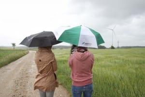 NATURSTROM-Mitarbeiter mit Regenschirm
