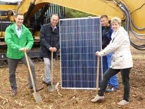 v.l.n.r.: Erik Heyden (NATURSTROM), Martin Ebert (Gemeindevertreter Wöbbelin-Bauausschuss), Ronny Engelmann (Bauleiter SunStrom), Viola Tonn (Bürgermeisterin Wöbbelin)