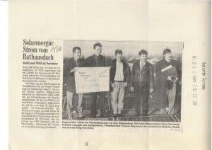 Zeitungsausschnitt der Badischen Zeitung aus dem Jahr 1998, der über die Inbetriebnahme der Photovoltaikanlage auf dem Rathausdach in Weil am Rhein berichtet. Mit freundlicher Genehmigung der Badischen Zeitung.