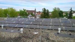 Die Photovoltaik-Anlage des Trinationalen Umweltzentrums auf dem Rathausgebäude in Weil am Rhein war das allererste Kraftwerk, das die NATURSTROM AG gefördert hat. (Bild: © NATURSTROM AG)