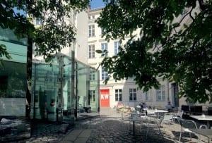 Das KW Institute für Contemporary Art. Besonders schön ist auch der ruhige Innenhof, in dem man essen und trinken kann. (Bild: © FetteSans)