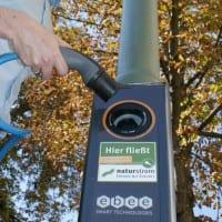 An dieser Straßenlaterne lässt sich sauberer NATURSTROM ins Elektrofahrzeug laden. (Bild: © NATURSTROM AG)