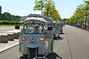 Schon mal elektrisch gefahren? Mit dem eTuk können Sie völllig lautlos und CO2-frei Berlin erkunden. Bis zu sechs Personen plus Fahrer bietet das E-Mobil Platz. (Bild: © eTukTuk GmbH)