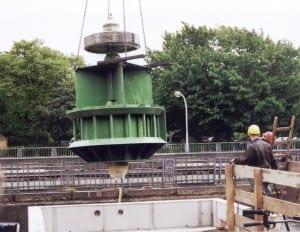 Das Hamburger Wasserkraftwerk Fuhlsbüttel wurde von NATURSTROM gefördert. Hier wird gerade die Turbine eingesetzt. (Bild: © NATURSTROM AG)