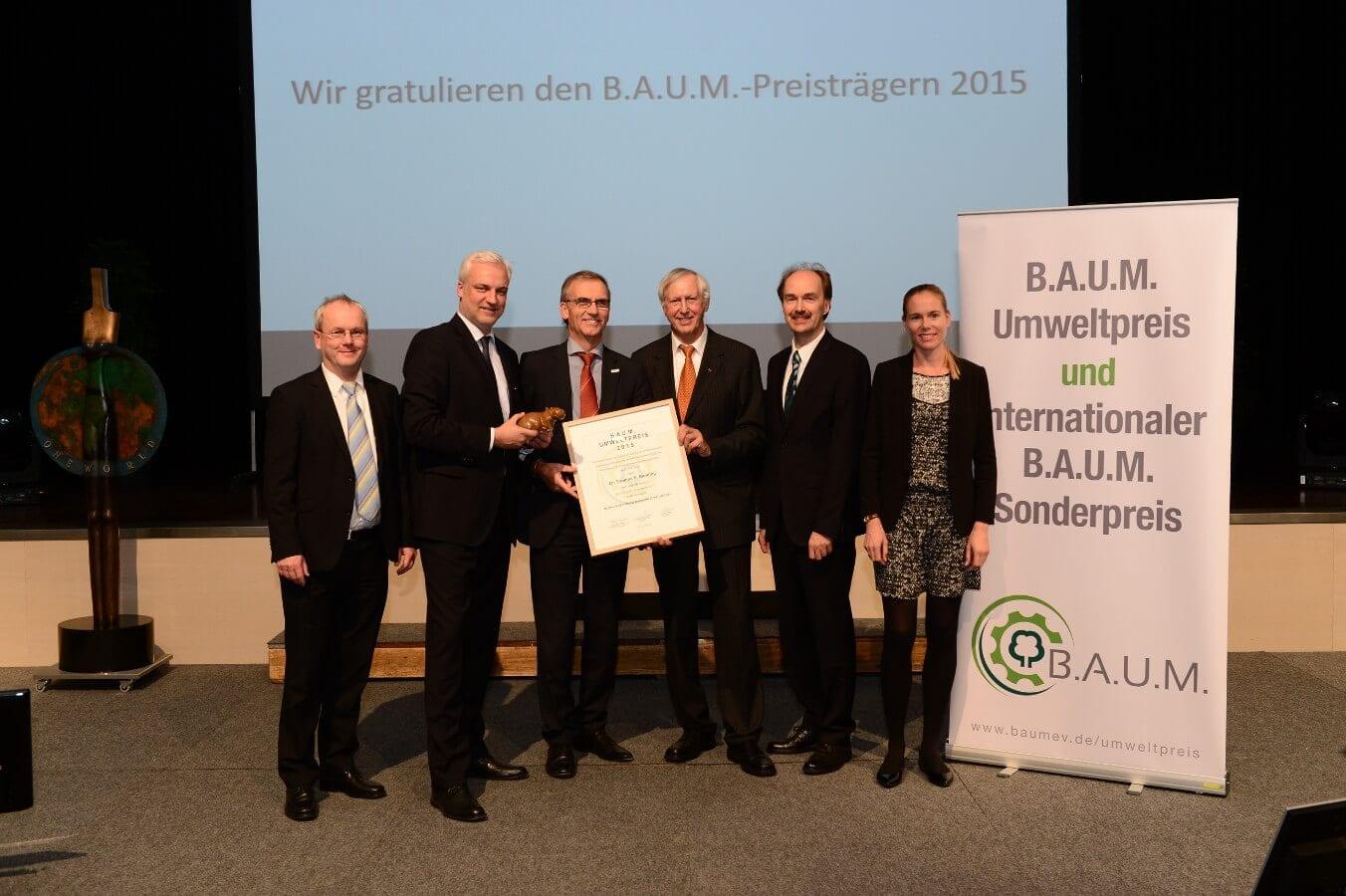 NRW-Wirtschaftsminister Garrelt Duin (2. v.l.) und der B.A.U.M.-Vorstand überreichen den Preis an NATURSTROM-Vorstandschef Dr. Banning (3. v.l.) © B.A.U.M. e. V.