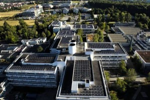 2005 entsteht auf dem Dach des Max-Planck-Instituts in der Gemeinde Planegg eine der damals größten Photovoltaikanlagen Bayerns. Sie gehört zu den NATURSTROM-Förderprojekten. (Bild: © NATURSTROM AG)