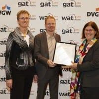 Gabriele Schmidt, Geschäftsführerin der DVGW CERT GmbH, NATURSTROM-Vorstand Oliver Hummel und Rosa Hemmers, Vorstandsvorsitzende des Grüner Strom Label e.V. © otzipka.de
