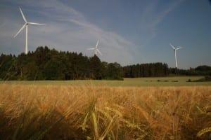Endlich fertig: die drei Windräder im fränkischen Sommer. © NATURSTROM AG