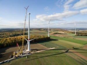 NATURSTROM-Windpark Ramsthal: der Rotorstern wird in die Höhe gezogen © NATURSTROM AG