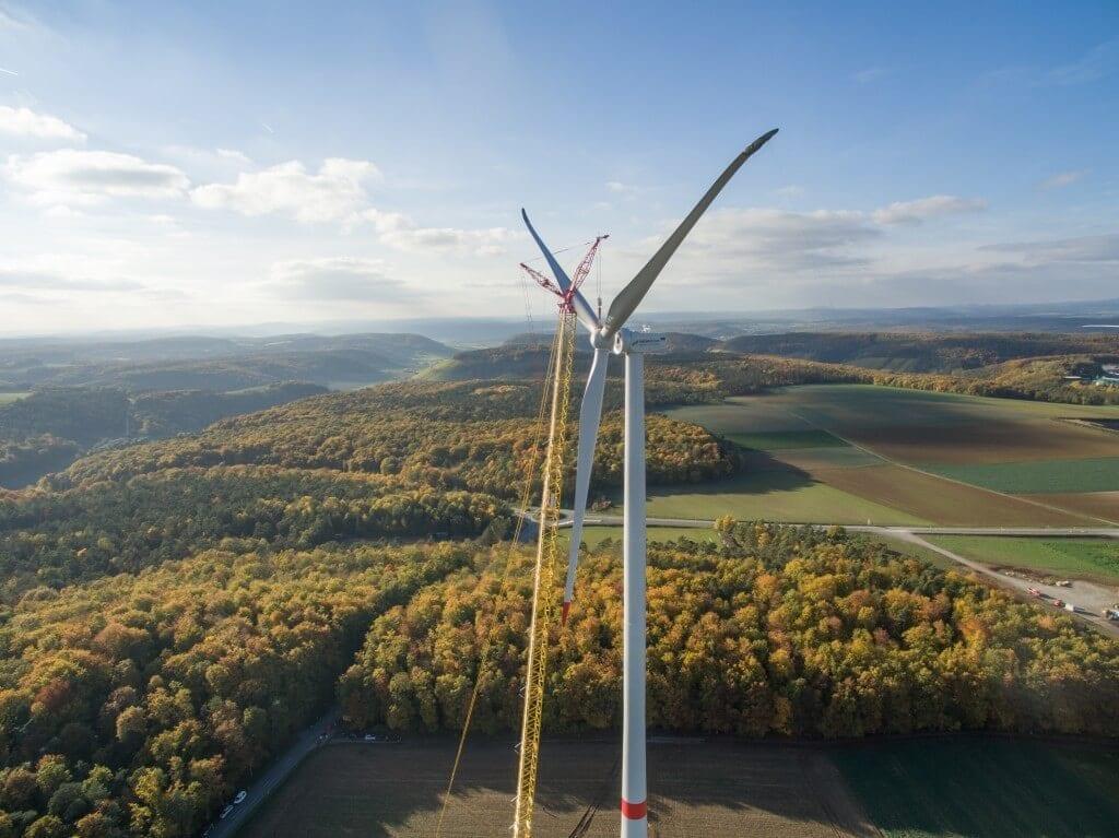 NATURSTROM-Windpark Ramsthal: bei bestem Wetter wird der Rotorstern montiert. Energie- und Wachstumswende schließen sich nicht aus. © NATURSTROM AG