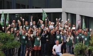 Am Hauptsitz in Düsseldorf ließen rund 60 NATURSTROM-Beschäftigte ihre Wecker rasseln, um einen Weckruf für die Energiewende auszusenden © NATURSTROM AG