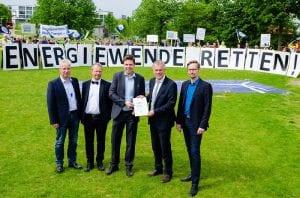 Der Appell, die Energiewende nicht abzuwürgen, wird an Minister Remmel übergeben. (c) LEE NRW
