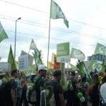 Energiewende ausbremsen? Nicht mit uns, signalisiert die NATURSTROM-Delegation mit zahlreichen Fahnen und Schildern © NATURSTROM AG