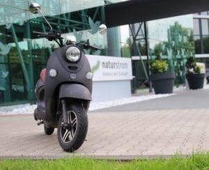 Wer seinen Elektroroller mit naturstrom lädt, vermeidet CO2-Emissionen nicht nur während der Fahrt, sondern auch bei der Stromproduktion © NATURSTROM AG