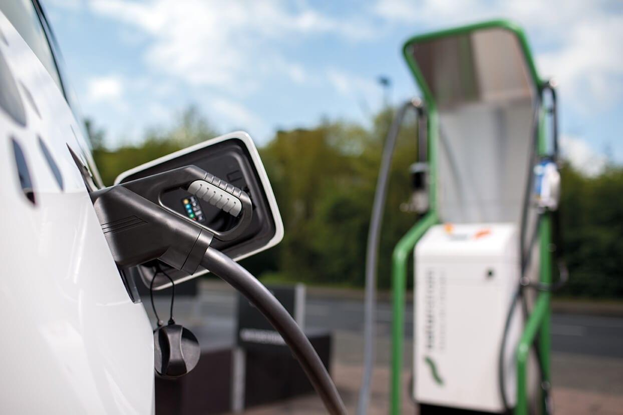 Elektroauto tankt an Ladesäule