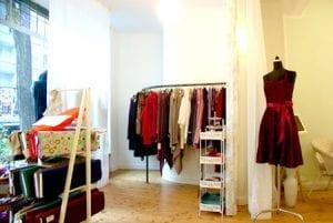 Hier werden von Hand und mit viel Liebe Brautkleider, Petticoatkleider und aktuelle Tagesgarderobe hergestellt. Anne-Marie