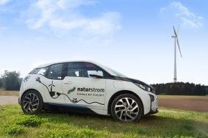 BMW i3 vor NATURSTROM-Windrad