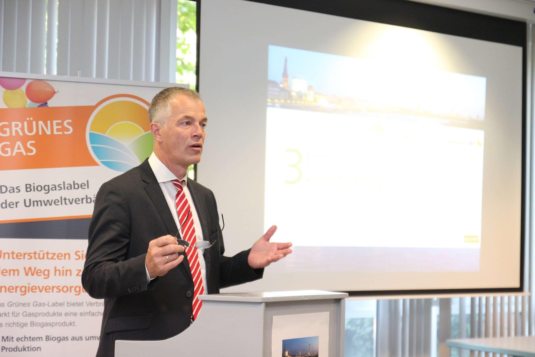 """NRW-Umwelt- und Klimaschutzminister Remmel spricht bei der 3. Innovationskonferenz über die Chancen einer """"naturverträglichen Energiewende"""" © NATURSTROM AG"""