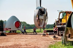 Zupacken und ziehen hieß es bei der Errichtung des ersten eingenen NATURSTROM-Windparks Hüll. (Bild: © NATURSTROM AG)