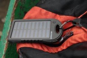 Mit dem im Lieferumfang enthaltenen Karabiner kann man den Solarlader z. B. am Rucksack befestigen. © NATURSTROM AG