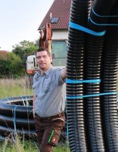 NATURSTROM-Mitarbeiter Wolfgang Aust bei der Arbeit, Projekt Lupburg. (Bild: © NATURSTROM AG)