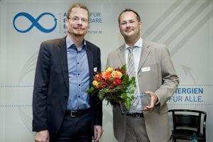 Oliver Hummel (links), Vorstand NATURSTROM AG, übergab den AEE-Journalistenpreis an Richard A. Fuchs (rechts).