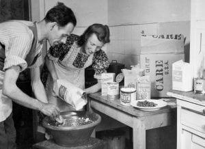 Ein Ehepaar freut sich über ein CARE-Paket. Foto: CARE Deutschland-Luxemburg e.V.