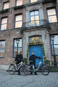 Vorstand Oliver Hummel und Rolf Zimmermann aus der NATURSTROM-Nachhaltigkeitsgruppe waren mit den Firmen-Pedelecs zur Feierstunde im alten Rathaus gekommen © NATURSTROM AG