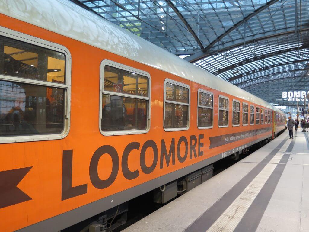 Bahn frei für Locomore: der orange Zug ist am Berliner Hauptbahnhof ein echter Hingucker © NATURSTROM AG