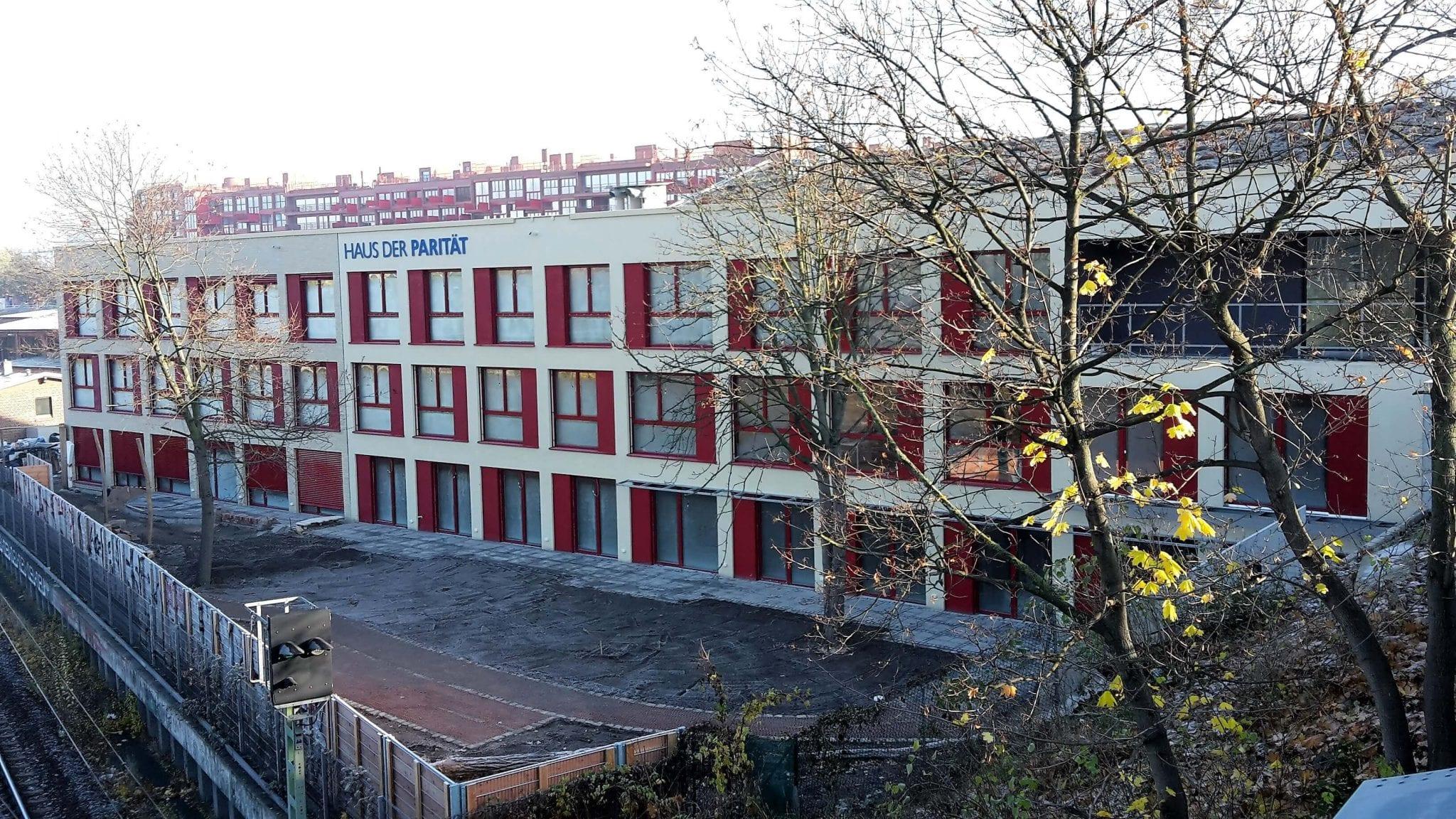 """NATURSTROM beliefert das """"Haus der Parität"""" im neu entstandenen Berliner Quartier """"Lokdepot"""" mit nachhaltiger Wärme und Mieterstrom. © Stiftung trias"""