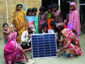 Menschen vor PV-Anlage