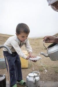 Tadschikistan: Junge mit Wasserkanne