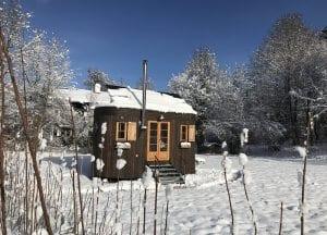 Mini-Haus im Schnee.
