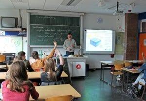 Martin Schinke von NATURSTROM vor der Klasse