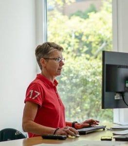 NATURSTROM-Mitarbeiterin Doris Liermann bei der Arbeit