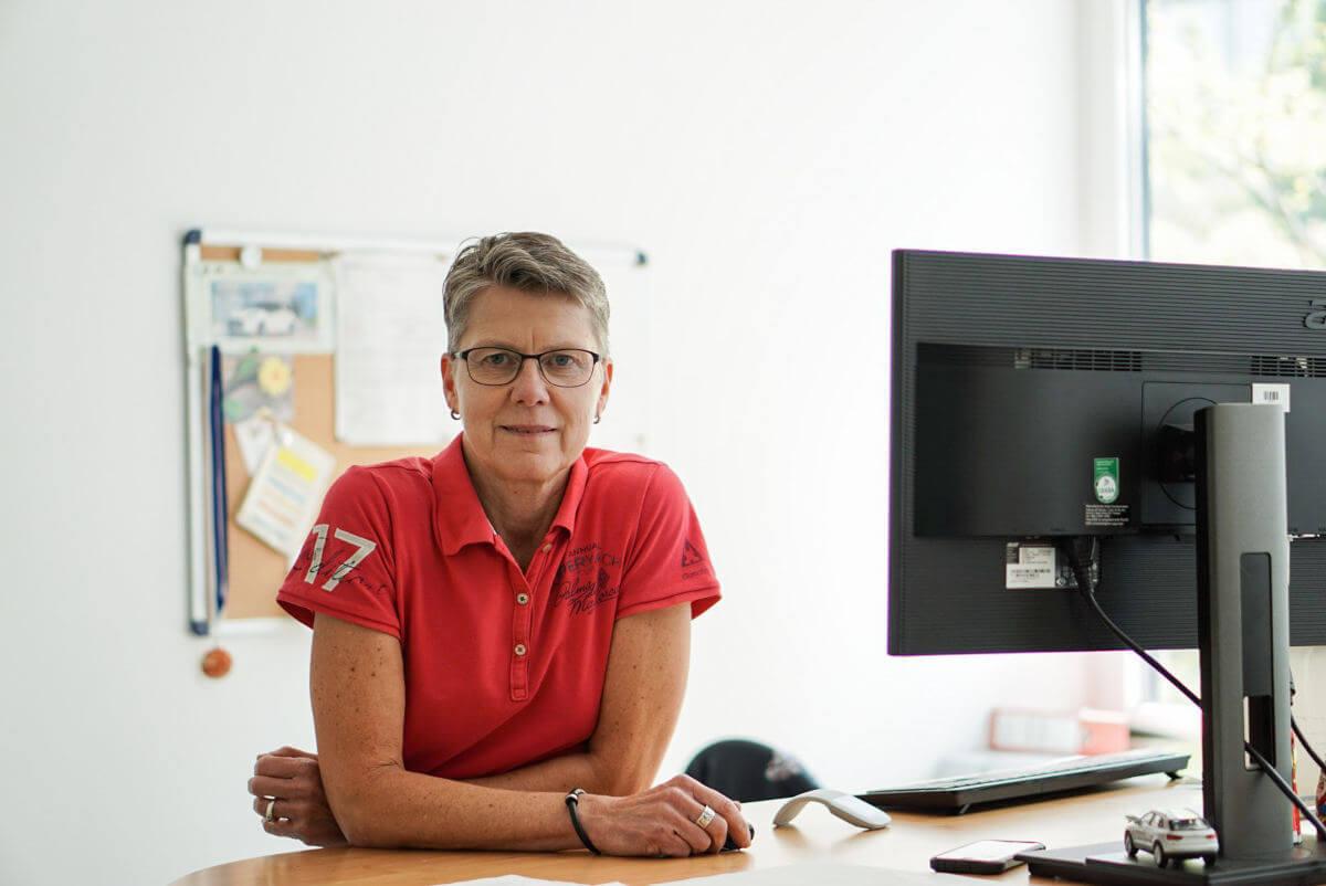 NATURSTROM- Mitarbeiterin Doris Liermann an ihrem Schreibtisch.
