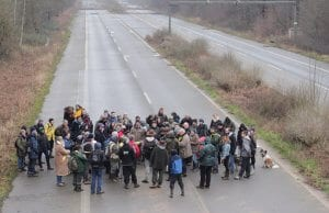 Menschen auf stillgelegter Autobahn bei Düren.