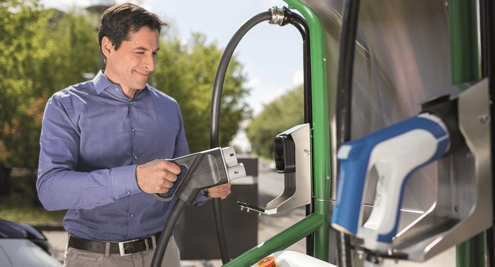 Ernst Raupach an der Ladesäule für Elektro-Autos