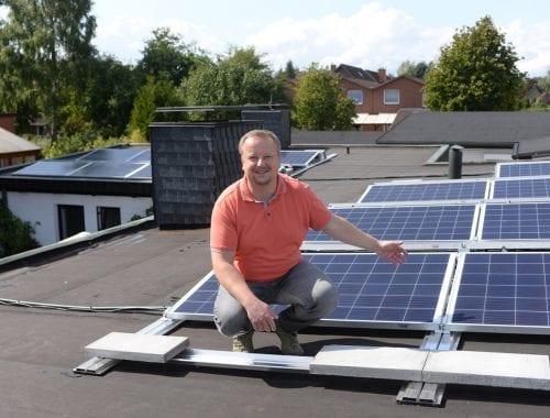 Stromkunden Martin Oster auf dem Dach seines Hauses