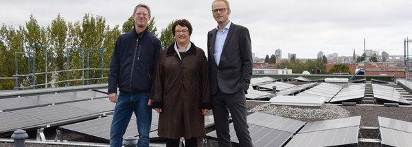 Gruppenbild vor Photovoltaikanlage