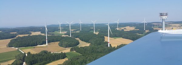 Windkraftanlagen vor Landschaft